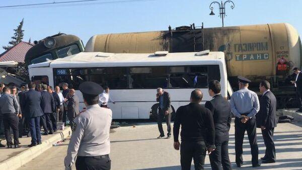 Ситуация на месте столкновения пассажирского автобуса с поездом в поселке Бина Хазарского района. 1 октября 2018 года - Sputnik Azərbaycan