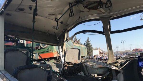 Ситуация на месте столкновения пассажирского автобуса с поездом в поселке Бина Хазарского района. 1 октября 2018 года - Sputnik Азербайджан