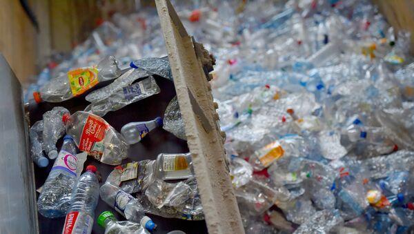 Kerval çeşidləmə mərkəzində çeşidlənmiş plastik tullantılar. Plufraqan bələdiyyəsi, Fransa. 21 avqust 2018-ci il - Sputnik Azərbaycan