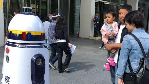 Робот-полицейский вышел на улицы Пекина - Sputnik Азербайджан