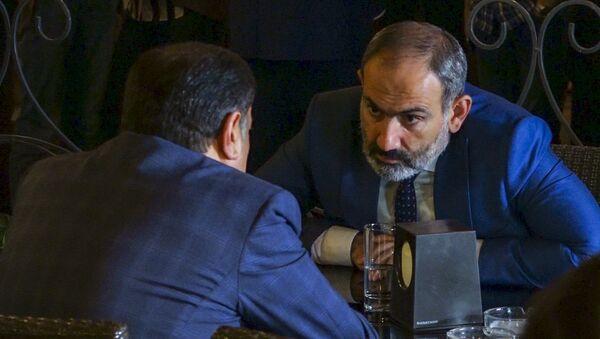 Премьер-министр Армении Никол Пашинян встретился в столичном кафе с руководителем фракции РПА Ваграмом Багдасаряном (1 октября 2018). Еревaн - Sputnik Азербайджан