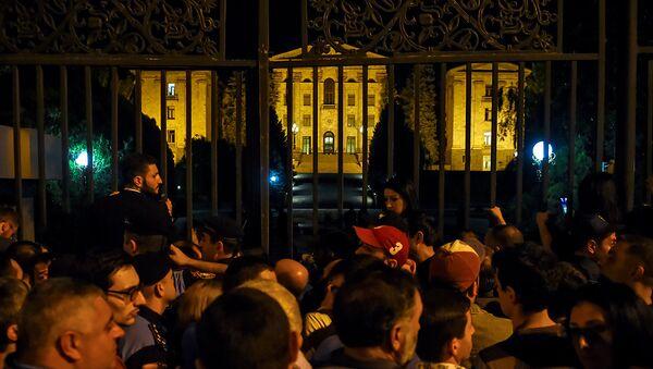 Граждане на проспекте Баграмяна, перед зданием Парламента Армении (2 октября 2018). Еревaн - Sputnik Азербайджан