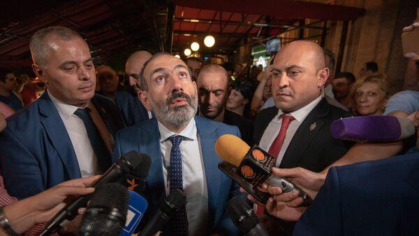 Премьер-министр Армении Никол Пашинян после встречи с руководителем фракции РПА Ваграмом Багдасаряном (1 октября 2018). Еревaн - Sputnik Azərbaycan