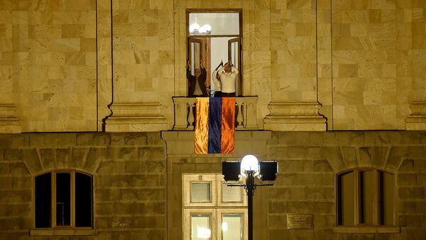 Депутаты фракции Елк поддерживают с балкона в Парламенте граждан, собравшихся перед зданием Парламента (2 октября 2018). Еревaн - Sputnik Азербайджан