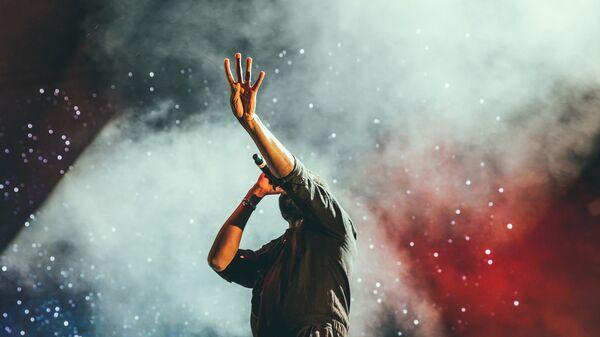 Певец на сцене, фото из архива - Sputnik Азербайджан