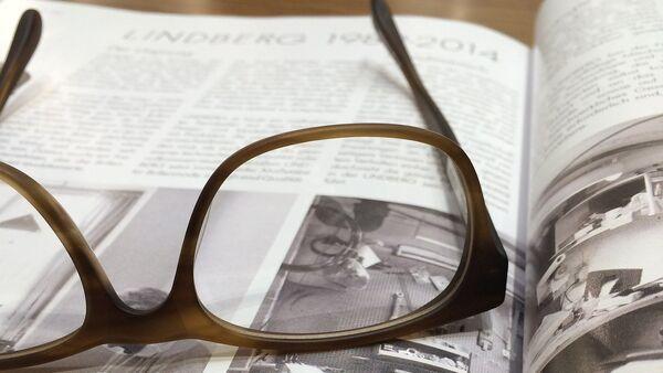 Очки и журнал, фото из архива - Sputnik Азербайджан