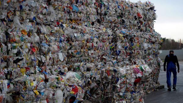 Пластиковые бутылки на территории завода по переработке пластика в Германии - Sputnik Azərbaycan