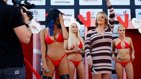 Порноактриса Сторми Дэниелс принимает участие в эротической выставке Venus в Берлине, Германия - Sputnik Азербайджан