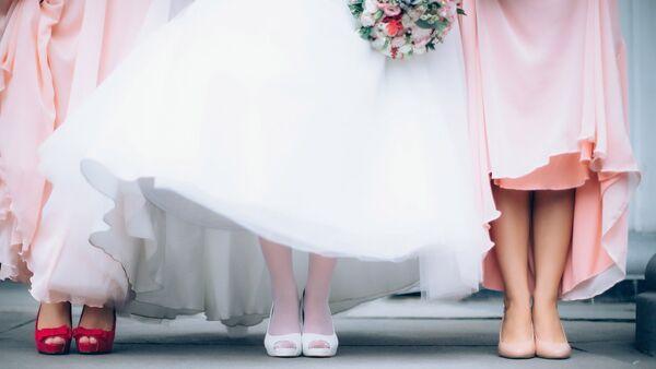 Невеста с подругами в день свадьбы, фото из архива - Sputnik Азербайджан
