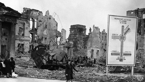 Разрушения на центральной улице Берлина Унтер-ден-Линден, 10 июля 1945 года - Sputnik Азербайджан