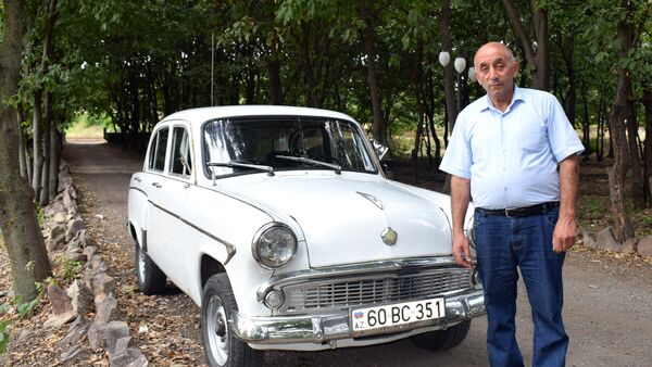 Джумшуд Ахмедов cо своим раритетным автомобилем Москвич 403 - Sputnik Азербайджан