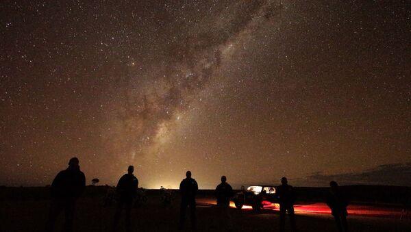 Туристы наблюдают Млечный Путь около Брокен-Хилла, Австралия - Sputnik Азербайджан