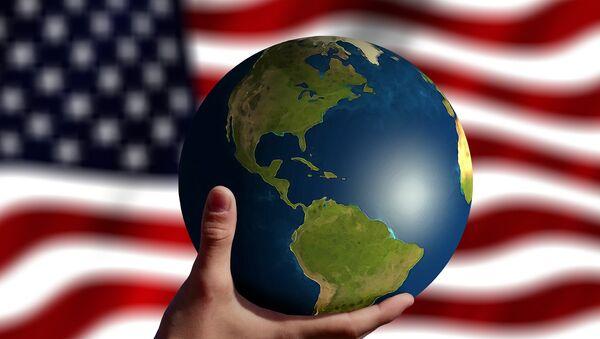 Глобус на фоне флага США, фото из архива - Sputnik Азербайджан
