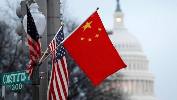 Флаги США и Китая в центре Вашингтона напротив здания Капитолия - Sputnik Азербайджан