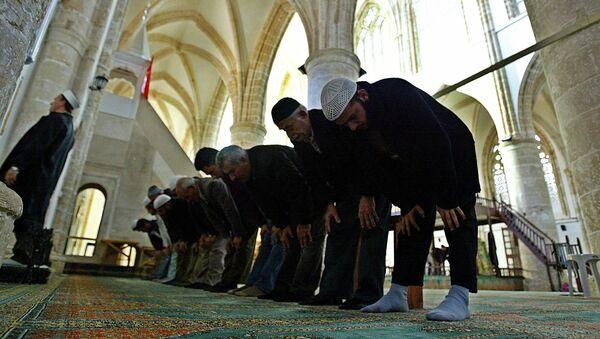 Люди молятся в мечети в Турции, фото из архива - Sputnik Азербайджан