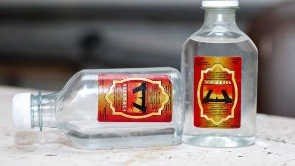 Емкости со спиртосодержащим средством с боярышником - Sputnik Азербайджан