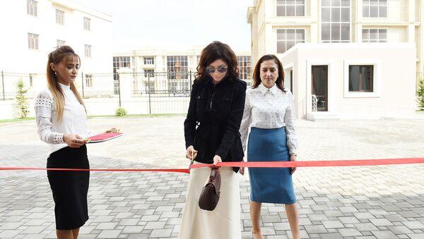 Мехрибан АЛиева на открытии нового здания специальной образовательной школы номер 11 в Баку. 23 октября 2018 года - Sputnik Азербайджан