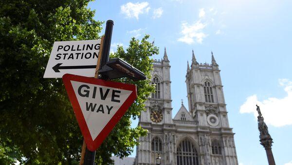 Знак, указывающий на избирательный участок в Лондоне, фото из архива - Sputnik Азербайджан
