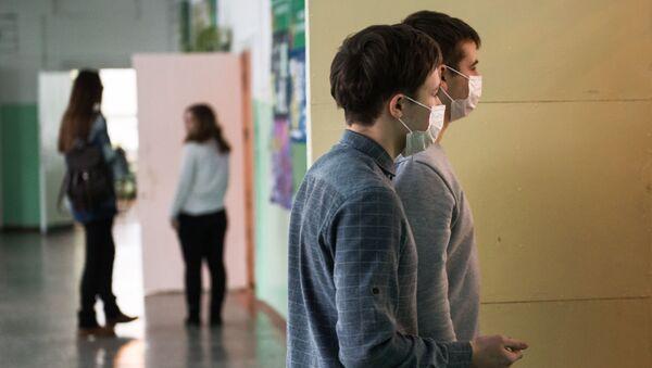 Школьники в защитных масках, фото из архива - Sputnik Азербайджан