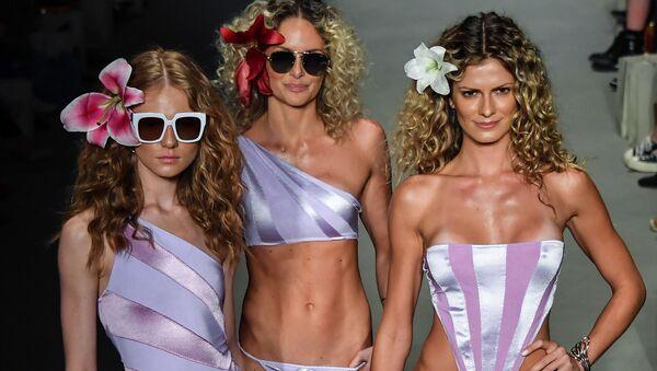 Модели на показе коллекции купальников Бразильской недели моды в Сан-Паулу - Sputnik Азербайджан