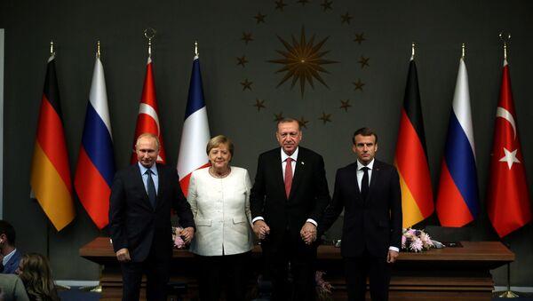 Канцлер Германии Ангела Меркель, президент РФ Владимир Путин, президент Турции Реджеп Тайип Эрдоган и президент Франции Эмманюэль Макрон на пресс-конференции по итогам саммита по Сирии. Стамбул, Турция, 27 октября 2018 года - Sputnik Азербайджан