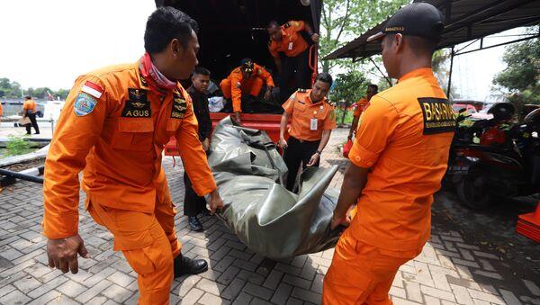 Спасатели во время подготовки к поиску выживших после крушения самолета Lion Air flight JT610 в Индонезии - Sputnik Азербайджан