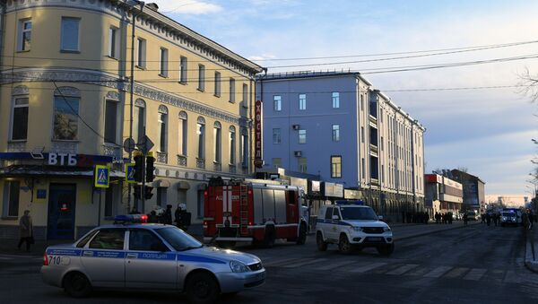 Сотрудники полиции и МЧС РФ у входа в здание управления ФСБ по Архангельской области, где произошел взрыв - Sputnik Азербайджан