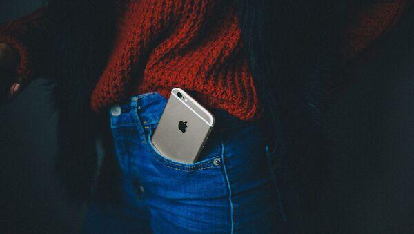 Мобильный телефон в кармане брюк, фото из архива - Sputnik Азербайджан
