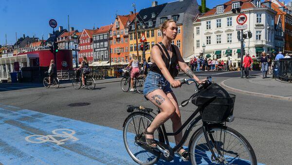 Девушка на велосипеде у канала Nyhavn в Копенгагене, Дания - Sputnik Азербайджан