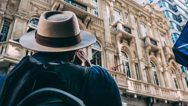 Мужчина фотографирует архитектурный ансамбль - Sputnik Азербайджан