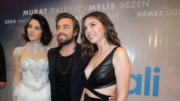 Мурат Далкылыч прилетел в Баку вместе со своими коллегами на премьеру фильма Dunyahali (Состояние мира) - Sputnik Азербайджан