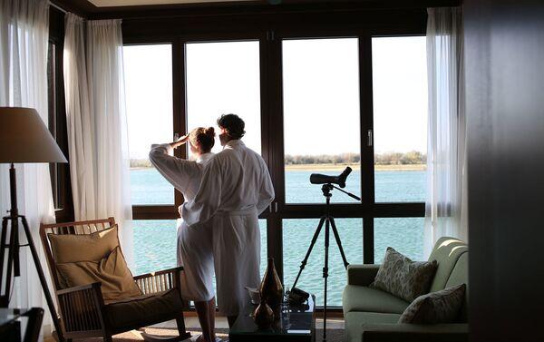 Номер с панорамными окнами в St. Martins Therme & Lodge  - Sputnik Азербайджан