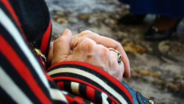 Кольцо на руке пожилой женщины, фото из архива - Sputnik Азербайджан