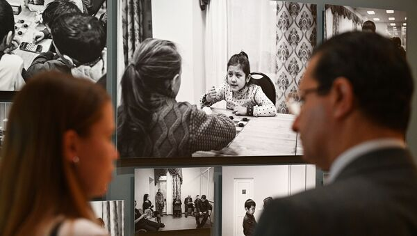 Посетители на открытии выставки победителей IV международного конкурса фотожурналистики имени Андрея Стенина в Москве - Sputnik Азербайджан