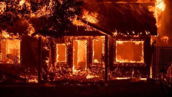 Горящий дом в американском городе Парадайс, Калифорния, который был полностью уничтожен лесными пожарами - Sputnik Азербайджан