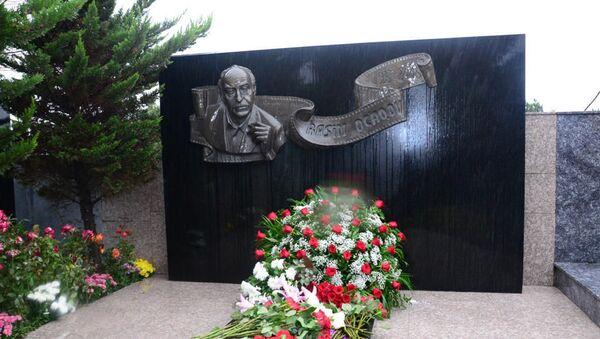Родные и близкие и друзья Расима Оджагова посетили могилу мастера во второй Аллее почетного захоронения - Sputnik Азербайджан