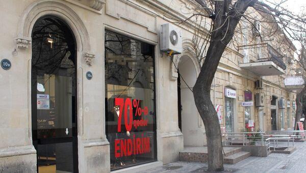 Объявление о крупной скидке на витрине магазина в Баку, архивное фото - Sputnik Азербайджан