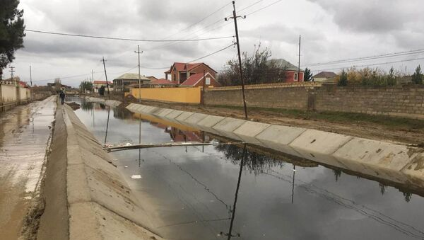 Канал в поселке Новханы, куда грабители сбросили аппарат PayPoint - Sputnik Азербайджан