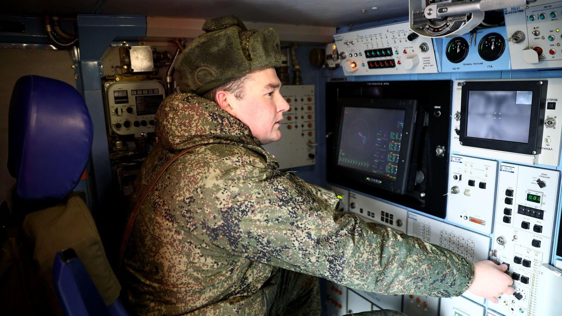 Военнослужащий на торжественной церемонии передачи арктических комплексов ПВО Тор-М2ДТ на базе вездехода ДТ-30 в общевойсковое соединение Северного флота на территории 726 учебного центра войсковой ПВО в городе Ейске - Sputnik Azərbaycan, 1920, 11.10.2021