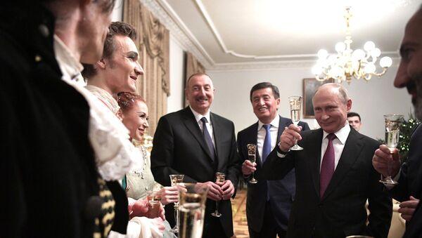 V.Putin və Aİİ liderləri ilə Marinskiy teatrında - Sputnik Azərbaycan