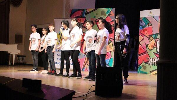 В Театре песни имени Рашида Бейбудова состоялись игры 1/8 финала Азербайджанской юниор лиги КВН - Sputnik Азербайджан