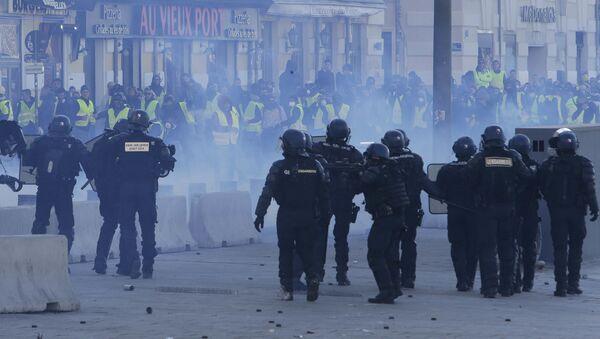 В Париже полиция применила слезоточивый газ  - Sputnik Azərbaycan