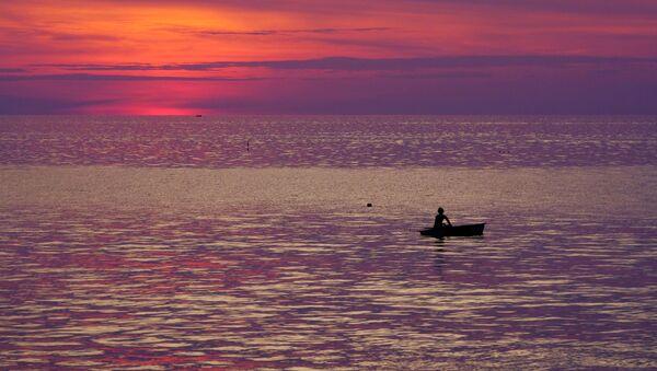 Рыбак в лодке в Андаманском море у побережья Таиланда - Sputnik Azərbaycan