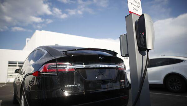 Tesla maşını elektrik enerjisi yığır - Sputnik Azərbaycan