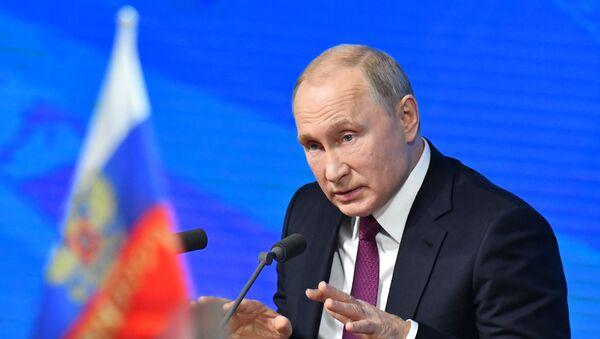 Президент РФ Владимир Путин во время ежегодной большой пресс-конференции в Центре международной торговли на Красной Пресне - Sputnik Азербайджан