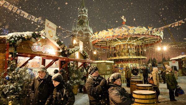 Посетители ярмарки на Красной площади - Sputnik Азербайджан