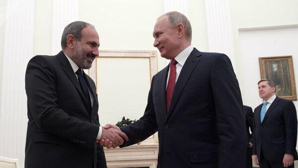 Rusiya prezidenti Vladimir Putin və Ermənistanın baş nazirinin səlahiyyətlərini icra edən Nikol Paşinyan - Sputnik Azərbaycan