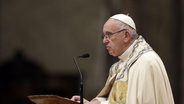 Папа Франциск отмечает новогоднюю вечернюю мессу в базилике Святого Петра в Ватикане, понедельник, 31 декабря 2018 года - Sputnik Азербайджан