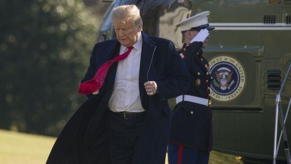 Президент Дональд Трамп поправляет куртку на южной лужайке Белого дома - Sputnik Азербайджан
