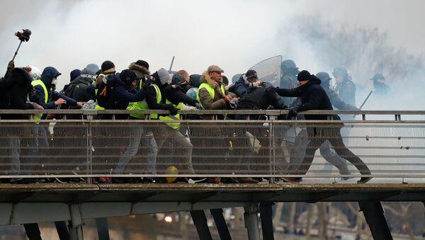 Акция протеста автомобилистов жёлтые жилеты в Париже - Sputnik Азербайджан